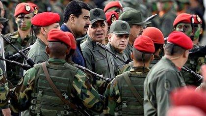 Nicolás Maduro, junto a Vladimir Padrino López, ministro de Defensa y Comandante Estratégico de la Fuerza Armada Nacional Bolivariana