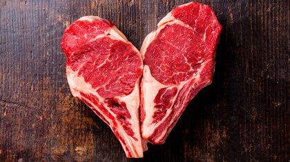 Un bife de 100 gramos cubre el 30% de las proteínas, el 4% de las grasas, depende del tipo de carne que sea, ¿no? vitaminas del grupo B, en cantidad variable que puede ir del 20% al 60%, la B12 cubre el 85%, el 14% de hierro, y el 45% de zinc (Shutterstock)