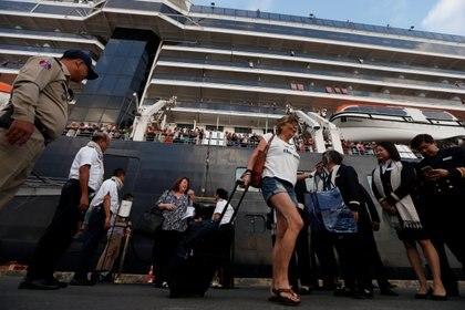 Los pasajeros, felices en el puerto de Sihanoukville, Camboya (REUTERS/Soe Zeya Tun)