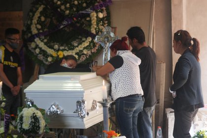 Familiares durante el velorio de Brandon Giovanni, de 12 años, quien perdió la vida el pasado lunes 3 de mayo al ser víctima del colapso del puente de la Línea 12 del metro. Ciudad de México, mayo 5, 2021. Foto: Karina Hernández/Infobae