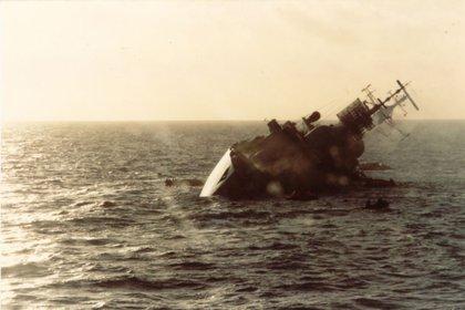 25 de mayo: el destructor HMS el Coventry recibió la orden de posicionarse en el Estrecho de San Carlos para atraer los aviones argentinos y alejarlos de la flota de invasión. Los ingleses derriban a los primeros A4-B y A4-C, pero finalmente el buque es alcanzado por tres bombas