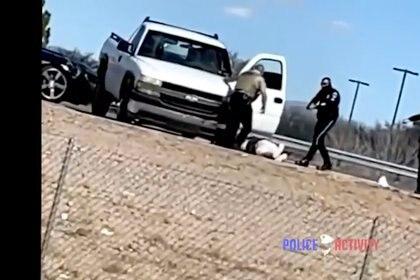 Un momento después cuando el atacante ya había muerto, llegaron dos oficiales para apoyar a De la Garza (vestido de negro y con lentes) (Foto: Police Activity)