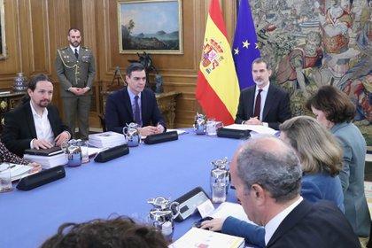 04/03/2020 El vicepresidente segundo y ministro de Derechos Sociales y Agenda 2030, Pablo Iglesias (1i), el presidente del Gobierno, Pedro Sánchez (2i), y el Rey Felipe VI (c), durante la primera reunión del Consejo de Seguridad Nacional en el Palacio de la Zarzuela, en Madrid (España) a 04 de marzo de 2020. POLITICA  Casa de S.M. el Rey