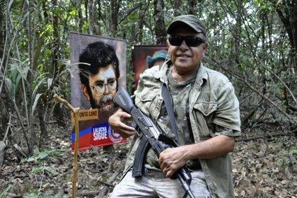 """Jesús Santrich, reincidente de las FARC y uno de los líderes de la Segunda Marquetalia, en una foto reciente compartida desde las """"montañas"""" colombianas. Fuente: Resumen Latinoamericano"""