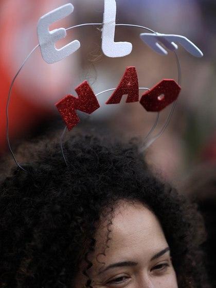 Bolsonaro, un nostálgico de la dictadura militar (1964-1985) y con un extenso historial de declaraciones machistas, racistas y homófobas, lidera los sondeos con alrededor de un 60 % de los apoyos, frente al 40 % que obtendría su adversario, el progresista Fernando Haddad, del Partido de los Trabajadores (PT)