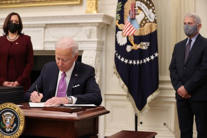 Anthony Fauci junto a Kamala Harris y Joe Biden. REUTERS/Jonathan Ernst