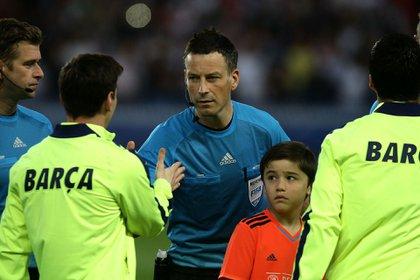 Lione Messi saluda a Mark Clattenburg en la previa a un partido (Shutterstock)