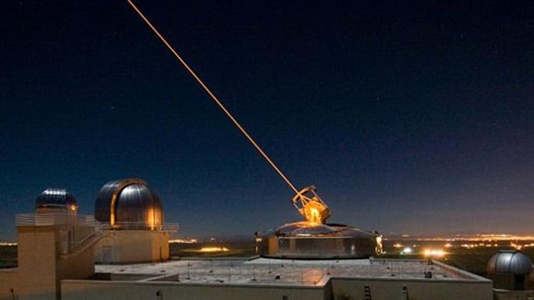 Un láser en el Laboratorio de Investigación de la Fuerza Aérea, donde el Ejército y la Marina están desarrollando sus propios sistemas de armas láser (Air Force)