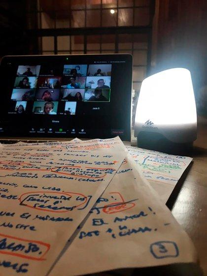 Una de las plataformas más utilizadas para realizar conferencias grupales es la de Zoom. A través de este medio distintos profesionales pueden seguir dando sus cursos y talleres en medio de la pandemia de coronavirus