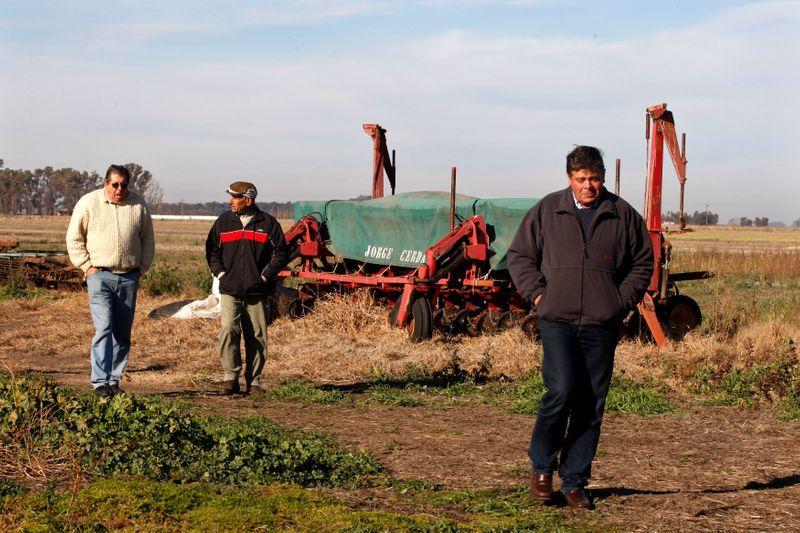 Foto de archivo - Productores argentinos junto a una maquinaria agrícola inactiva en la localidad de Navarro, Buenos Aires.  Jun 17, 2009. REUTERS/Enrique Marcarian