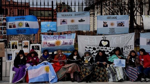 Un grupo de familiares de tripulantes del ARA San Juan permanece encadenado a las rejas de la Plaza de Mayo en junio pasado (Nicolás Stulberg)
