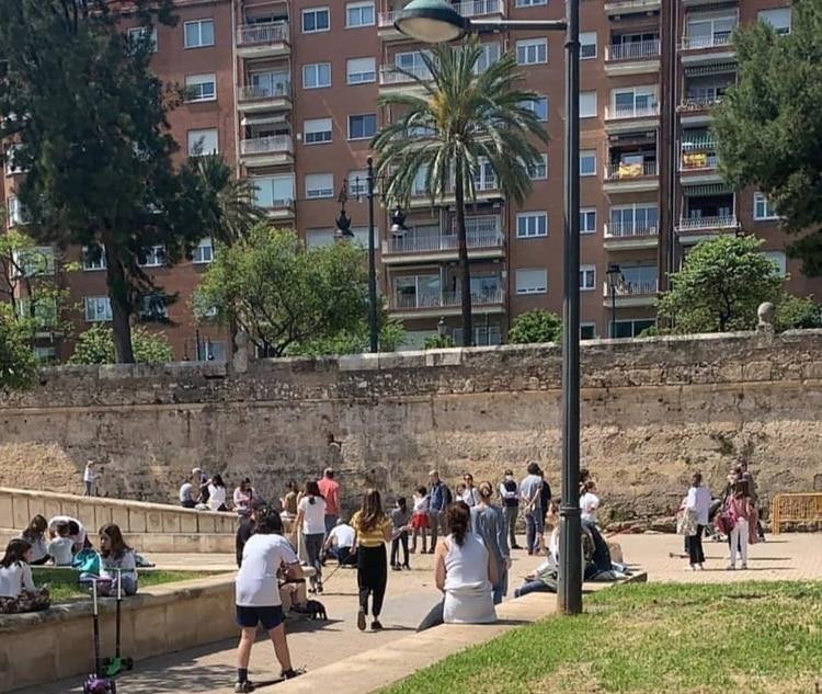 EL gobierno permite circular por cualquier vía o espacio de uso público, incluidos los espacios naturales y zonas verdes autorizadas. pero no está permitido el acceso a espacios recreativos infantiles al aire libre, así como a instalaciones deportivas.(Twitter: @markusQQCCMH)