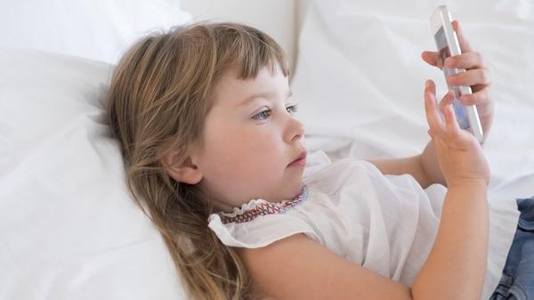 El tiempo que los niños pasan frente a las pantallas es sólo parte del problema. (Shutterstock)