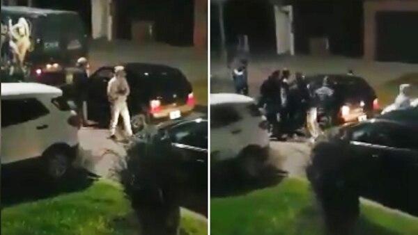 El momento exacto en el que un grupo de delincuentes vacía un Fiat Uno color negro
