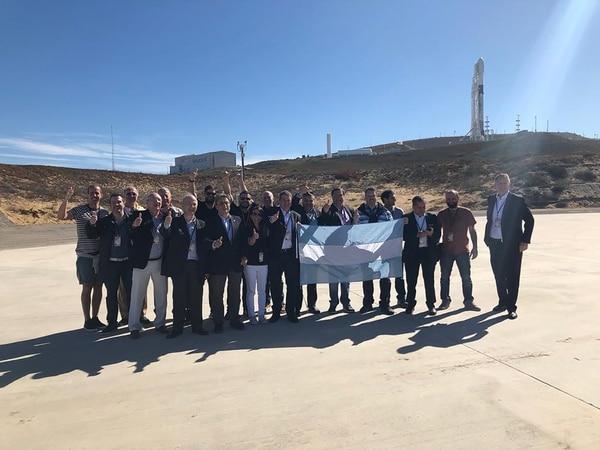 El grupo de científicos y delegación argentina en al base Vandenberg, en California, EEUU, con el cohete que llevó al Saocom al espacio
