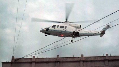 Tras su renuncia, el ex presidente Fernando de la Rúa se retira en helicóptero de Casa Rosada. Autor: Víctor Bugge NA 162