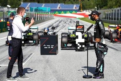 Hamilton entrevistado durante la nueva normalidad de la Fórmula 1 (Foto: Reuters)