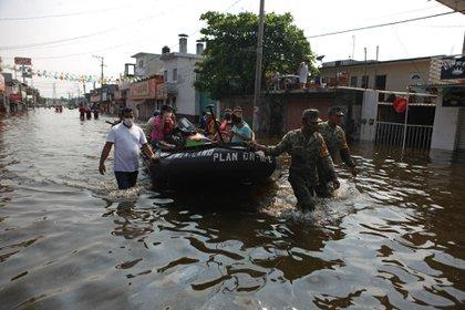 VILLAHERMOSA, TABASCO, 09NOVIEMBRE2020.- Soldados trasladaron en lanchas a pobladores para llevarlos a refugios temporales  FOTO: CARLOS CANABAL OBRADOR/CUARTOSCURO