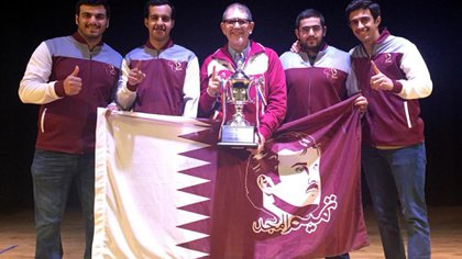 Pedro Merani, con el trofeo, después de consagrarse campeón del mundo juvenil de bowling con la selección de Qatar