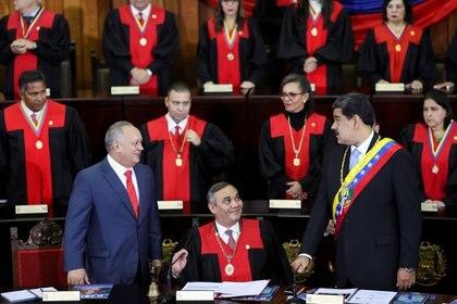 Nicolás Maduro, el presidente del Tribunal Supremo de Venezuela, Maikel Moreno, y el presidente de la Asamblea Nacional Constituyente de Venezuela, Diosdado Cabello,  en la ceremonia de apertura del nuevo mandato judicial en Caracas, Venezuela, el 31 de enero de 2020. (REUTERS)