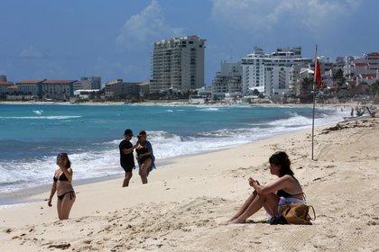 Turistas disfrutan la apertura del balneario de Cancún, en el estado de Quintana Roo (México). EFE / Alonso Cupul / Archivo