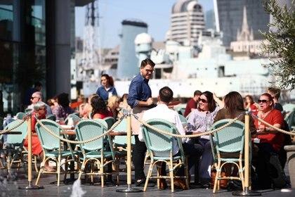 Al comer en un restaruantehay que tener ciertas precauciones, como permanecer con la máscara hasta que llega la comida, no sentarse en una mesa próxima a otra gente y preferir el aire libre a los interiores. (REUTERS/Hannah McKay)