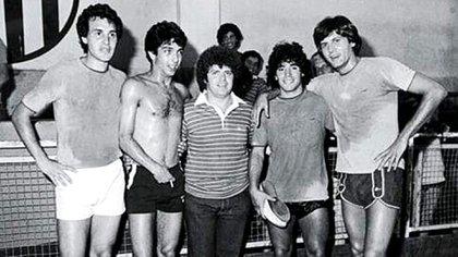 Diego junto a Carlín Calvo en uno de los tantos partidos que organizaba con los jóvenes actores y donde también jugó Uby