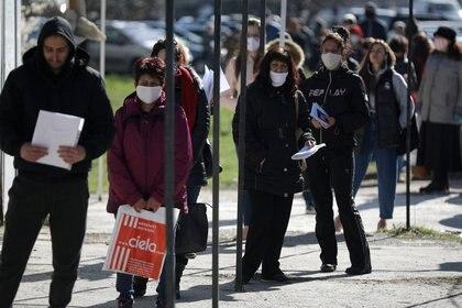 """""""Para regresar a algo parecido a la normalidad anterior es completamente necesario del desarrollo de vacunas contra el SARS-CoV-2"""", concluyeron, y eso a su vez necesita los recursos del sector público, el privado y el filantrópico (Reuters/  Stoyan Nenov)"""