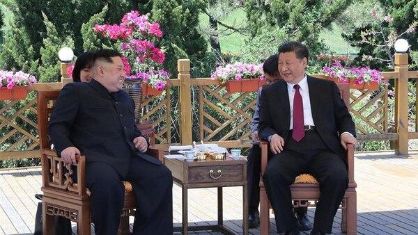 Kim Jong-un junto a Xi Jinping en Dalian (Xinhua)