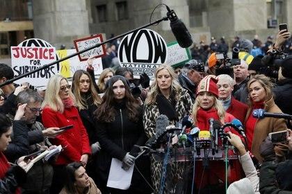Roxanna Arquette habla con los periodistas junto con otros acusadores fuera del Tribunal Penal de Nueva York en el primer día del juicio por asalto sexual del productor de cine Harvey Weinstein en el distrito de Manhattan de la ciudad de Nueva York. (REUTERS / Jeenah Moon)