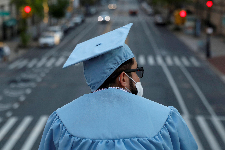 Un graduado de maestría de la Universidad de Columbia en Manhattan, Nueva York (REUTERS/Andrew Kelly)
