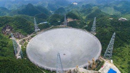 El radiotelescopio más grande del mundo de su tipo construido en un remoto condado de la prefectura de Guizhou, en China (FAST)