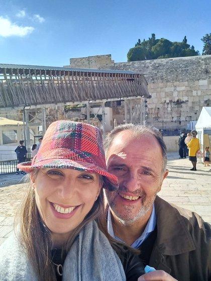 Shaul Hochberger (62) junto a su mujer Melina Luz Barcan (40) en la post pandemia