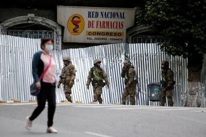 Soldados bolivianos patrullan una calle durante las elecciones presidenciales en La Paz, Bolivia, 18 de octubre de 2020. REUTERS / Manuel Claure