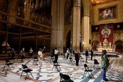 Una misa en Sevilla, con medidas de distanciamiento social (Reuters)