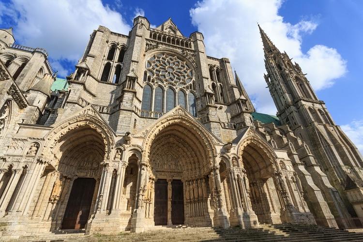 Parcialmente construida a partir de 1145, y luego reconstruida 26 años después luego del incendio de 1194, la catedral de Chartres marca el punto culminante del arte gótico francés (Shutterstock)