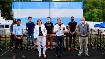 Patricia Bullrich en el centro de los dirigentes que fueron al Palacio Pizzurno a pedir por el regreso de las clases presenciales (EFE)