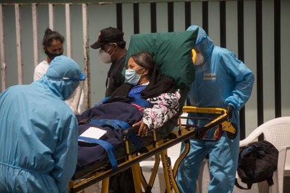 Paramédicos trasladan a una mujer con síntomas de coronavirus al hospital general San Juan de Dios en Ciudad de Guatemala. EFE/Esteban Biba/Archivo