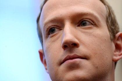 Mark Zuckerberg, CEO de Facebook, publicó en su perfil en la red social que se actualizaron las políticas de uso y ahora se prohibirá el contendo que niegue o tergiverse el Holocausto (REUTERS/Erin Scott/File Photo)