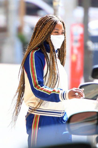 Naomi Campbell dio un paseo por las calles del barrio Soho, de Nueva York. Lució un conjunto de jogging y buzo blanco y azul con detalles en rojo y verde, y zapatillas deportivas blancas