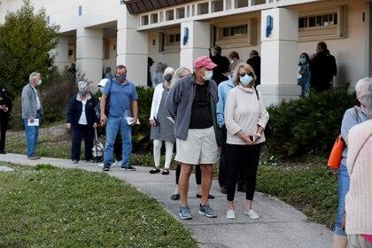 FOTO DE ARCHIVO: Personas mayores de 65 años hacen fila en la clínica de vacunación COVID-19 del Departamento de Salud de Sarasota en  Florida, EE. UU. El 4 de enero de 2021. REUTERS / Octavio Jones