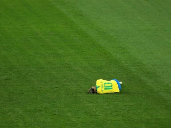 En el piso. Neymar recibió 10 patadas en su debut mundialista en Rusia (Getty)