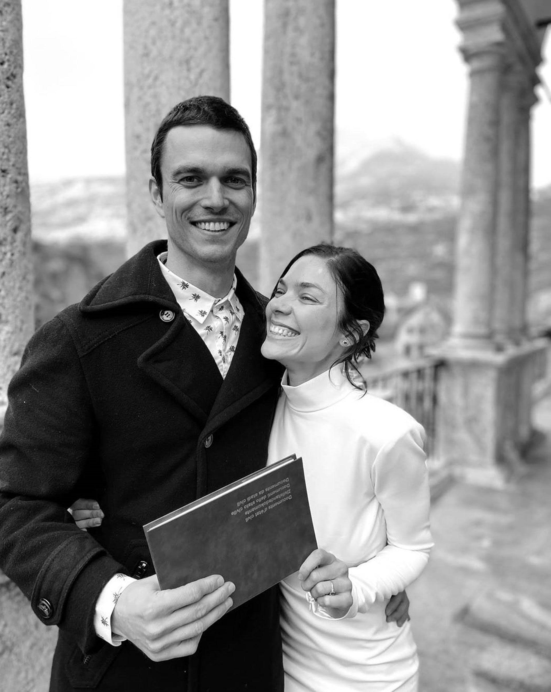 La actriz y el diseñador posaron con la libreta roja (Instagram)