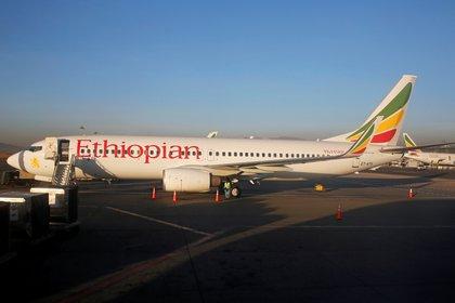 Un Boeing 737-800, versión anterior del avión, de Ethiopian Airlines en el aeropuerto de Adís Abeba (Reuters)