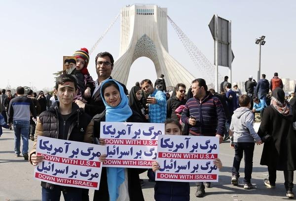 Miles de personas formaron parte de la conmemoración de la Revolución Islámica (AFP)