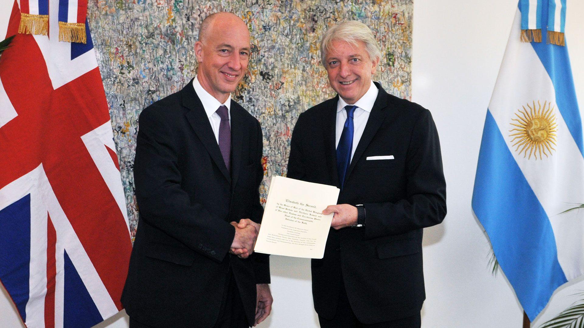 El embajador británico, Mark Kent, y el ex vicecanciller Carlos Foradori