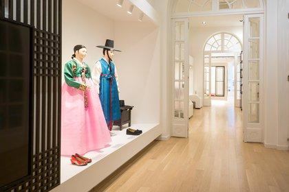 En el Centro Cultural Coreano exhiben indumentaria tradicional de su cultura