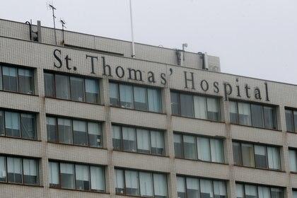 Vista general del Hospital St Thomas en Londres después de que el primer ministro británico, Boris Johnson, fuera ingresado para someterse a pruebas después de sufrir síntomas persistentes de coronavirus (Reuters)