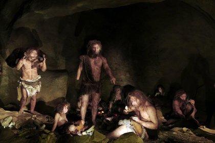 Una familia de neandertales en una recreación artística (SCIENCE PHOTO LIBRARY / DAYNES, ELISABETH)