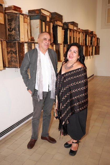 Los artistas plásticos Hassam Bourkia de Marruecos y Betsabé Romero, de México.